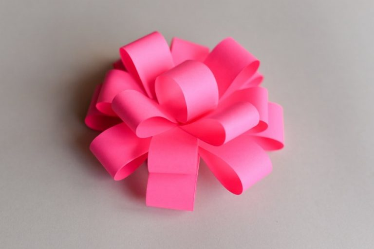 Бант из цветной бумаги на подарок