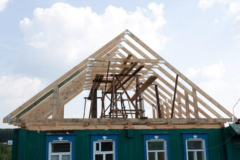 как построить двухскатную крышу своими руками видео