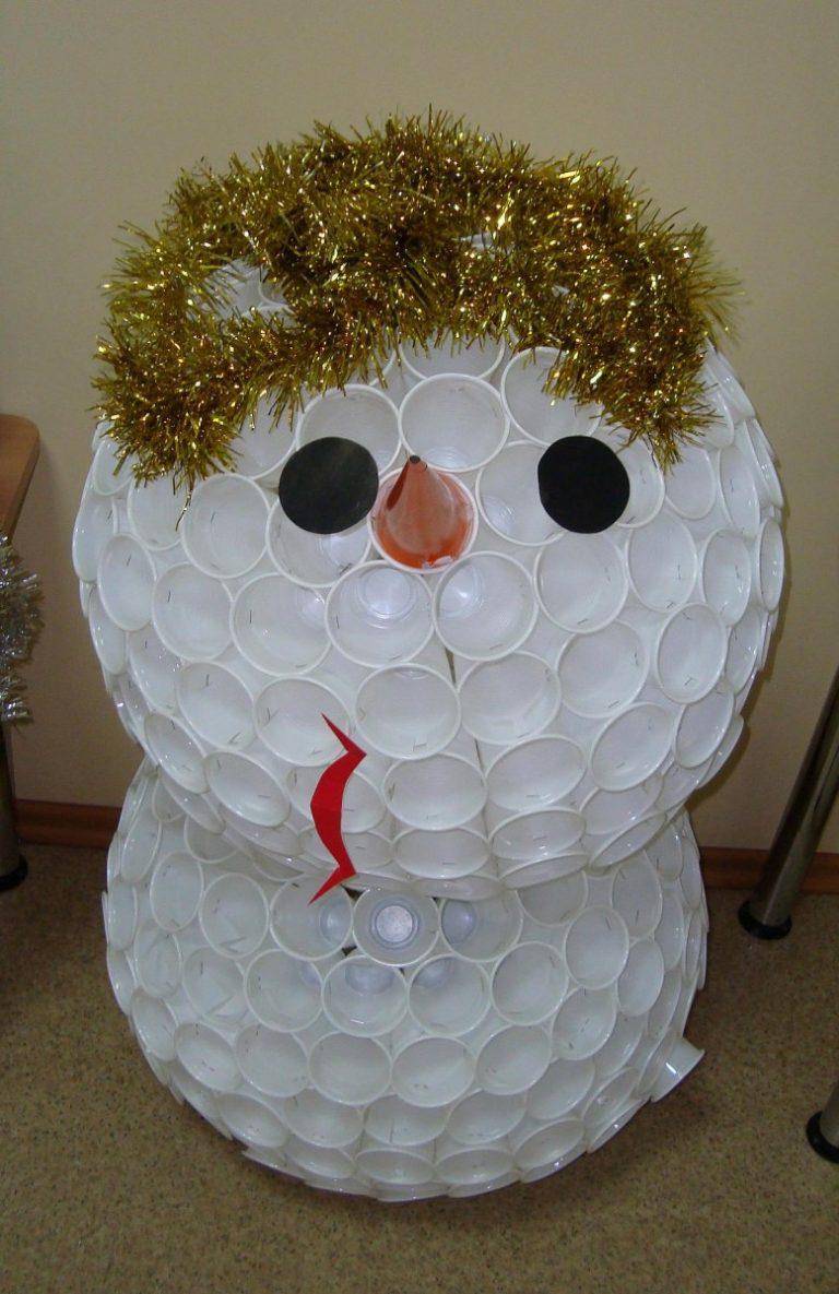 Снеговик из стаканов картинка
