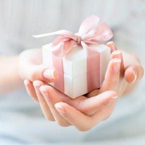 Что подарить человеку?